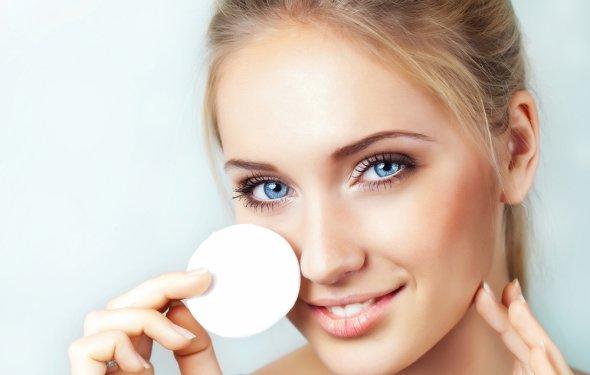 Чем снимать макияж с глаз